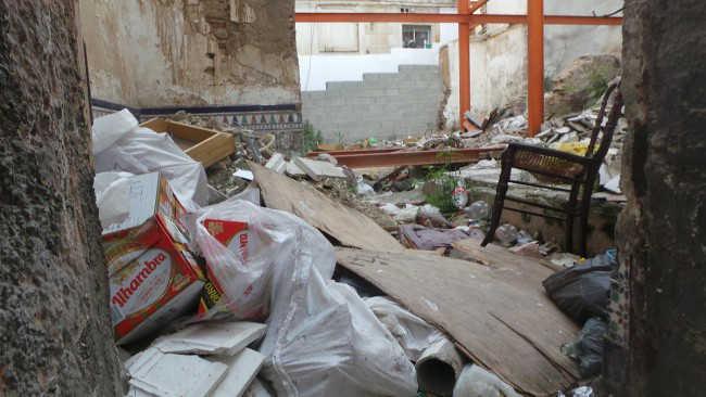 La basura y los escombros se acumulan en el solar de la calle Correo Viejo.