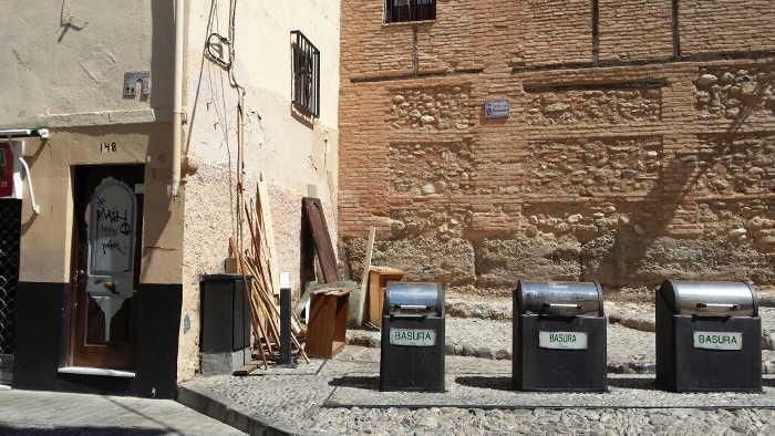 Restos y basuras en Cuesta Abarqueros junto al Arco de Elvira.