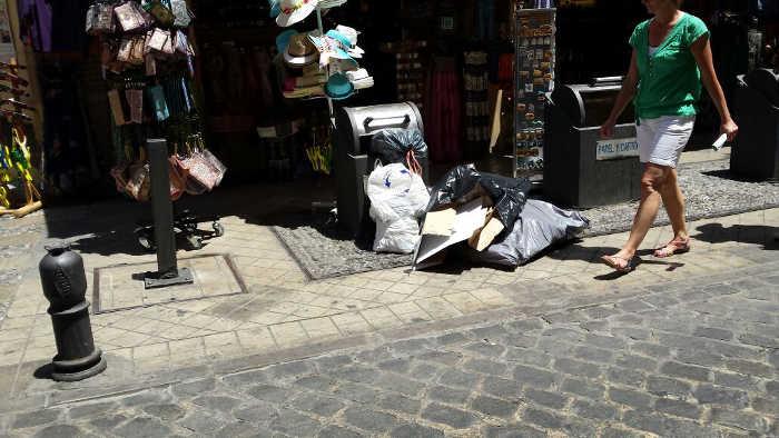 Basura en la calle Elvira a las 2 de la tarde de un día cualquiera, como hoy.