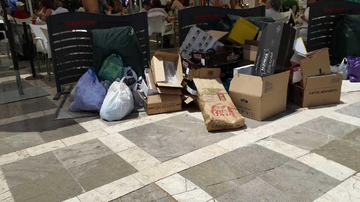 Basura en Plaza Nueva mientras comen los turistas
