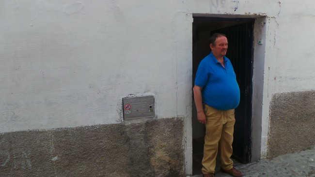 Manuel Prieto, en la puerta de la Casa del Aire, en la calle Zenete.
