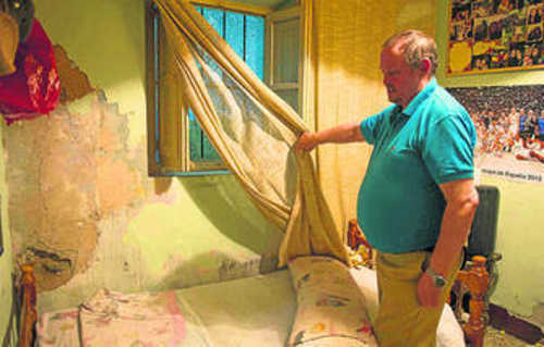 Manuel Prieto mostraba ayer los desconchones de su vivienda a los medios.
