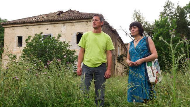 Natasha Prévost y Rafael Fuentes, en la hacienda Jesús del Valle, el edificio en ruinas a sus espaldas. Foto: Jesús Ochando