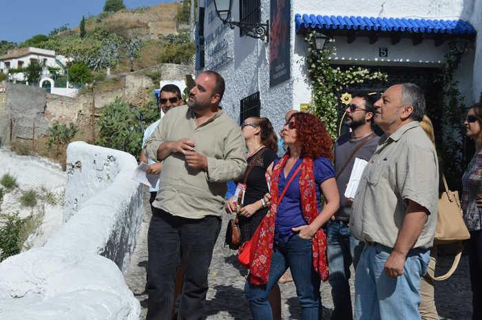 Puentedura, hoy en el Sacromonte, junto a miembros de su candidatura y vecinos.