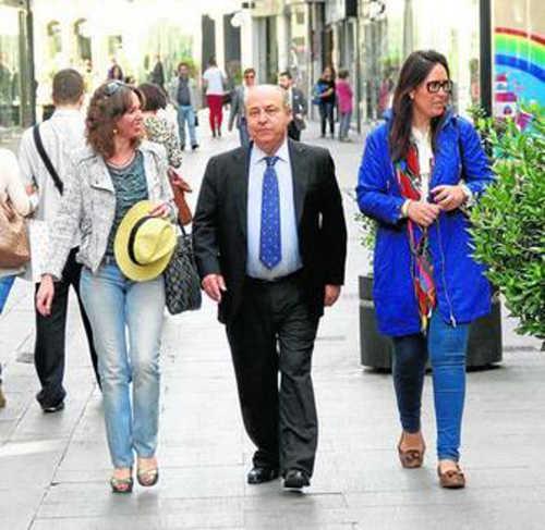 El actual alcalde y candidato a la reelección del PP, Torres Hurtado, camina junto a las ediles Rocío Díaz y María Francés.