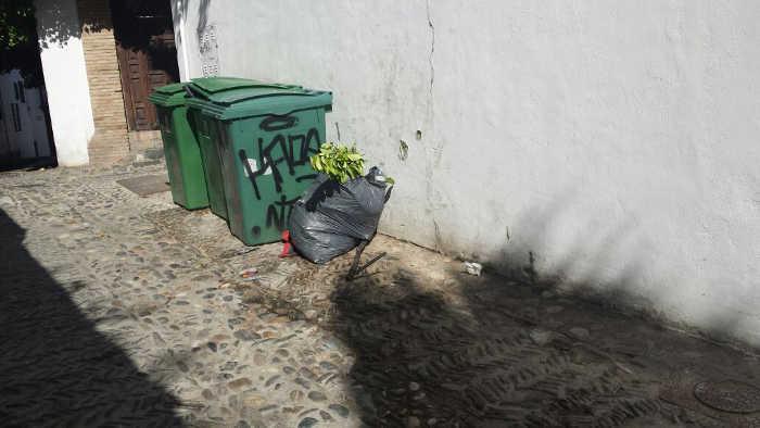 Contenedores de basura en la calle Aljibe del Gato 20150511