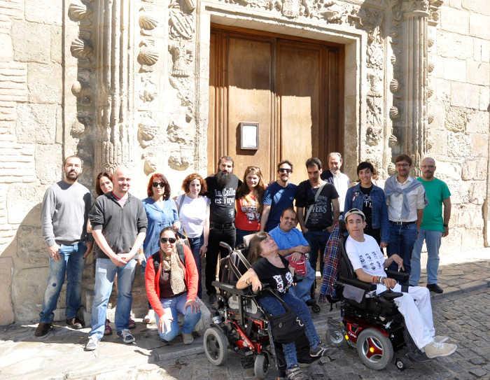 Miembros de La Ciudad Accesible en la puerta del Museo Arqueológico. Foto Ciudad Accesible