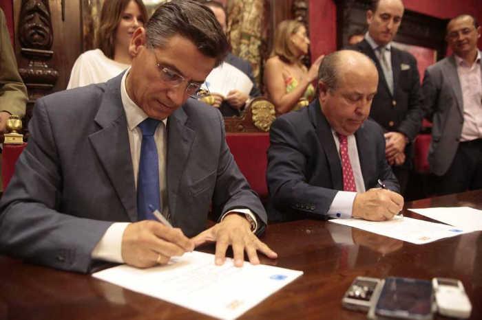 Salvador y Torres Hurtado, rodeados de los concejales que han negociado el pacto.  FOTO Miguel Rodríguez