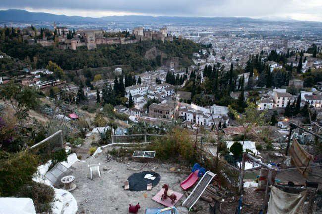 Vistas de una de las cuevas de San Miguel alto con la Alhambra de fondo. Foto: JESÚS OCHANDO.