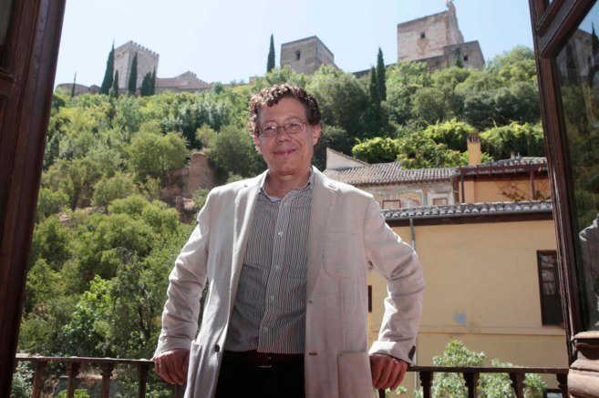 El nuevo director del Patronato de la Alhambra, posa a los pies del monumento. MIGUEL RODRÍGUEZ