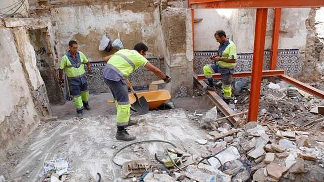 Operarios de Inagra se emplean a fondo para limpiar el solar, lleno de basura y escombro. / Ramón L. Pérez