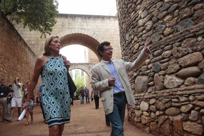 Reynaldo Fernández e Isabel Nieto durante la visita a la remozada Cuesta de los Chinos. Miguel Rodríguez