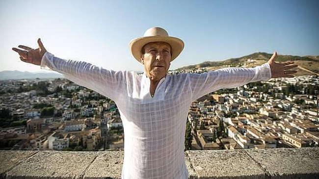Curro Albaicín posa en la Alhambra, con la ciudad a sus espaldas. / Alfredo Aguilar