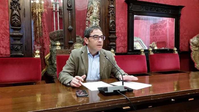 El edil del PSOE Miguel A. Fernández Madrid, este lunes en rueda de prensa.