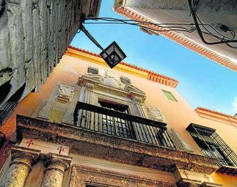 La fachada de la Casa Ágreda situada en la Cuesta de Santa Inés, al lado de la Carrera del Darro.