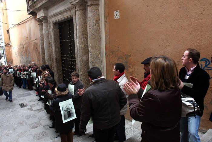 ENERO DE 2008. Abrazo simbólico en torno a la Casa Agreda para protestar por la venta del inmueble por parte del Ayuntamiento de Granada.