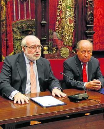 El alcalde de Granada, José Torres Hurtado, firmó el convenio con el director general de la EOI, Fernando Bayón.
