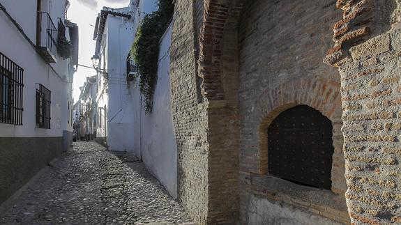 La calle Aljibe de Trillo, del Albaicín, empedrada y empinada. / Alfredo Aguilar