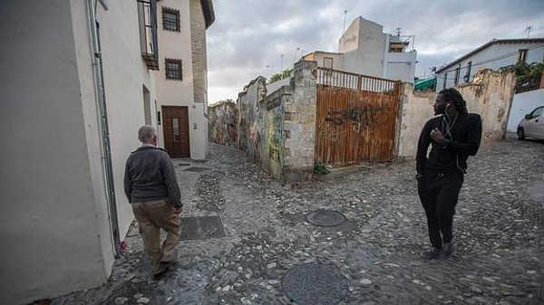 La estrechez de la calle Ceniceros en uno de sus extremos impide el paso de los vehículos. / Alfredo Aguilar