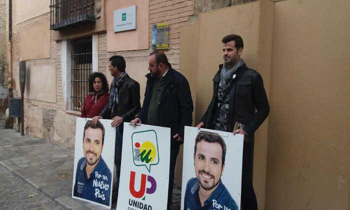 Representantes de IU-UP, Francisco Puentedura, Chus Fernández y Diego Castillo, en la puerta del Museo Arqueológico de Granada | Autor: Ángela Gómez