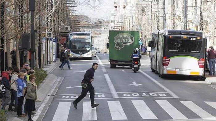 Un peatón cruza en rojo un semáforo en Gran Vía mientras que el resto espera. / González Molero