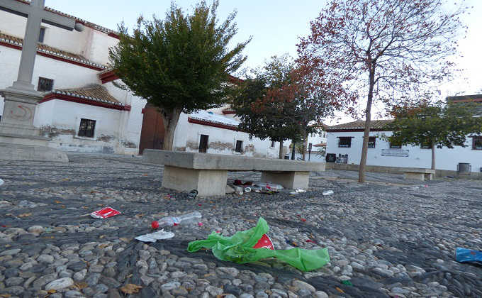 Suciedad en la Plaza de San Nicolás (Albaicín) Foto: Antonio Luis Gálvez