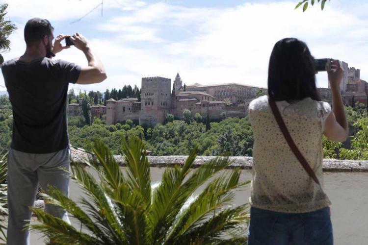 Los turistas ya no podrán contemplar la Alhambra gratis.