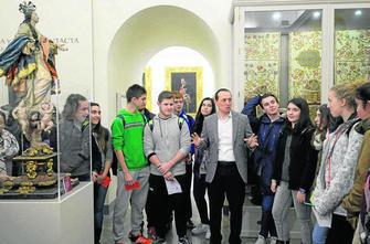 El concejal de Bienestar Social, Fernando Egea, acompañó ayer a una treintena de escolares que visitaron la Abadía.