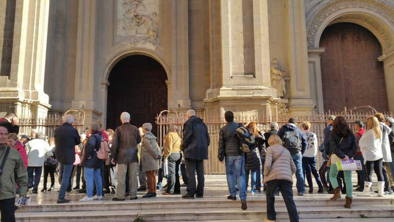 Turistas este mes de febrero ante la Catedral de Granada / Rafael Troyano