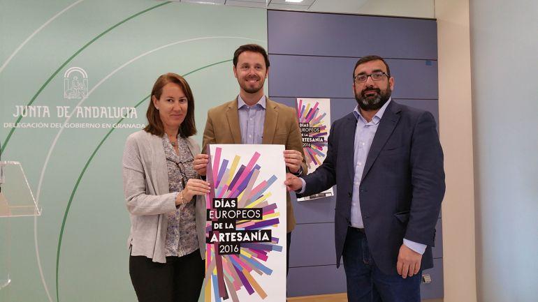 El delegado de Trabajo en Granada, Juan José Martín, en el centro, presenta las jornadas de puertas abiertas en el Centro Albayzín de Granada con motivo de los Días Europeos de la Artesanía 2016 / Rafael Troyano