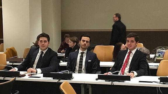 Los tres estudiantes distinguidos con el premio de la ONU. / IDEAL