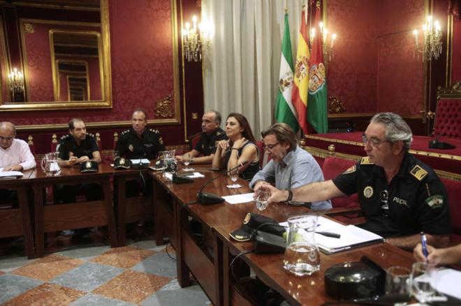 El jefe de la Policía Local y la edil de Protección Ciudadana, en una junta de seguridad. M. RODRÍGUEZ