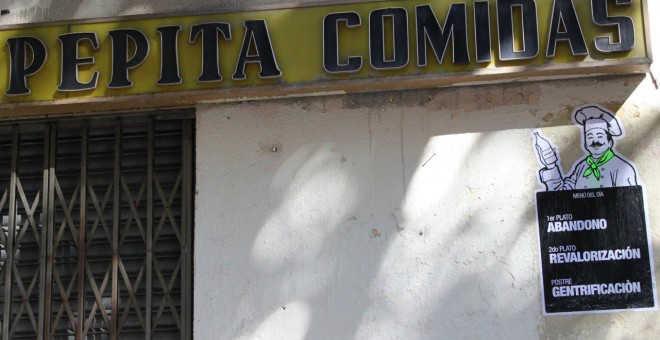 Un cartel critica en tono sarcástico el cierre que ha sufrido este restaurante víctima de la gentrificación en el madrileño barrio de Malasaña.- A.B.