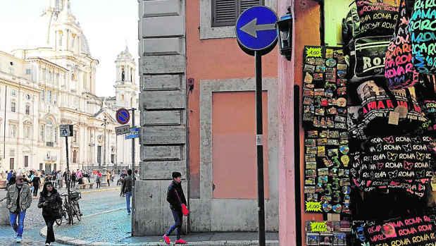 Souvenirs, tenderetes de comida rápida y colmados chinos pueblan la zona turística de Roma - ABC